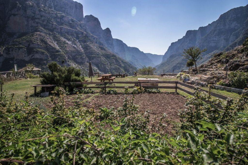 Η θέα στο φαράγγι του Βίκου από το ομώνυμο χωριό του Βίκου στα Ζαγοροχώρια